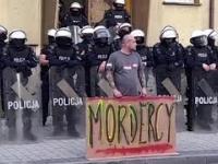 """POLICJA POBIŁA MĘŻCZYZNĘ ZA BANER """"MORDERCY"""""""