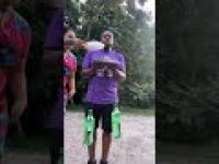 Córka robi tatusiowi test siłowy