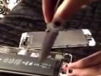 Otwieranie baterii do telefonu nożem to nie jest najlepszy pomysł