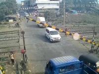 Zamknięcie przejazdu kolejowego w Indiach