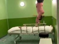 Kozak sztuczka na łóżku szpitalnym