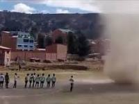 Trąba powietrzna przerwała mecz piłki nożnej w Boliwii