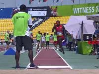 Źle poprowadzony zawodnik skoku w dal na paraolimpiadzie