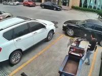 Motorower dostawczy zostaje zatrzymany przez samochód