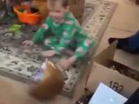 Dzieciak ma swój własny sposób otwierania prezentów