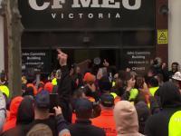 Brutalne protesty w Australii dotyczące wymogu szczepień dla pracowników budowlanych