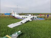 Awaryjne lądowanie samolotu z spadochroniarzami