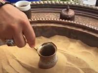 Kawa po turecku na rozgrzanym piasku