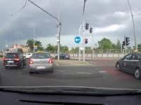 Taksówkarz przejeżdża po przejeździe dla rowerzystów. Poznań