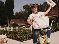 Chłopcy rozrzucający gazety pod drzwi domów!