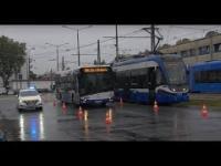 Pokaz hamowania tramwaju, autobusu i samochodu