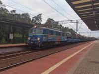 Eszelon EU07-1523 z pociągiem wojskowym