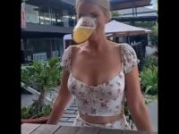 Blondynka prezentuje jak pić piwo bez użycia rąk