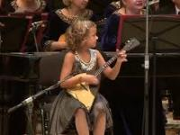 7-letnia Anastasiia Tiurina gra na bałałajce z orkiestrą