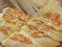 Serowy chleb ziemniaczany pieczony na patelni