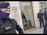Biedka psika gazem w przechodnia przy policji