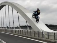 Motocyklem wjechał na konstrukcję mostu w Chełmku, ryzykując własnym życiem