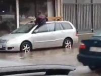 Jak dojść do auta gdy ulica jest zalana
